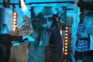 Efter at der blev lyttet stille til de første numre, sprang folk på dansegulvet.