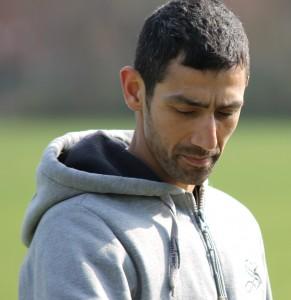 Dirgham Abdul Raman og de andre fodboldglade kaster sig i udfordringen med at få lavet et solidt hegn til klubben.
