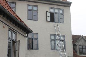 Ved hjælp af stiger, hjalp brandvæsnet beoerne ud fra bygningen.