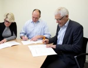 Aftalen skrives under. Foto: Niels Rosenvold, UC Syd