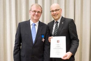 Jens Odershede får overrakt Fortjensmedaljen af ministerpræsident Torsten Albig.  Foto: Peter Frank, Statskancelliet