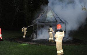 Brandvæsnet brugte natten på at slukke flammerne i pavillonen. <div class=