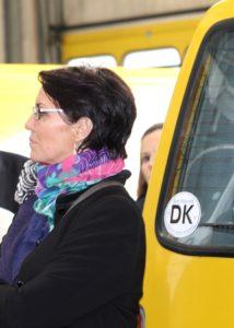 Joan Lott Carlsen lægger øre til historien om sikkerhden i lufthavnen.