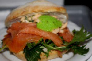 Gæsterne blev budt på en sandwich, som blev serveret i flyet.