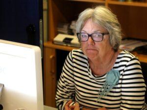 Johnna Maibom tilbringer rigtigt mange timer i billetsalget inden og mens revyen spiller.