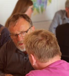 Frode Sørensen fortæller en deltager, at der er godt gang i at få set på gode, rimelige og nedrivningsegnede bygninger i landsbyerne.