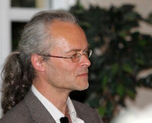 Peter Tudvad inspirerede gæsterne i Café Figo med sine tanker om Søren Kierkegaard.