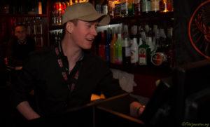 Tom Holden og hans stab arbejder frivilligt, så udviklingshæmmede kan få en disko-aften.