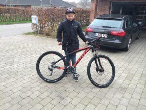 Nu er drengen og hans cykel ikke længere sammen. Det skyldes en tyv, der stjæler fra børn.