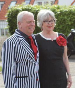 Leif og Johnna Maibom er kendt for at passe rigtigt godt på deres ansatte i revyen. <div class=