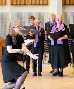 Med masser af øveaftener, noder. tekster og dirigent, så blev sangene sunget, så de nåede ud på stolerækkerne.