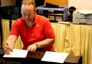 Thomas Pakula har stadig travlt med at komponere revy-musik.