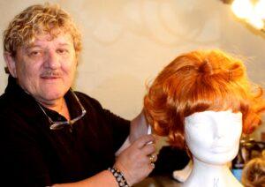 Tage Frandsen rammer tæt på kendte menneskers frisurer.