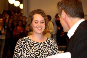 Her får Louise Vibe Norup et diplom, der viser, hun har arbejdet seriøst med at udvikle sit kunst-talent.