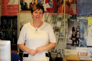 Lene Ebbesen er halvdelen af staben i Johnn Maiboms billet- og booking-kontor.