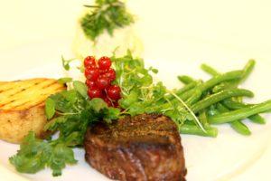 Klik på billedet og se, hvad Hotel Comwell Comwells køkken tilbyder revygæsterne.