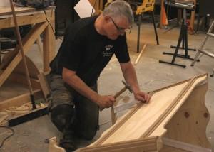 Per Steenberg bruger søndag formiddag på at lave en vugge.