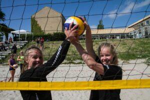 Vollyeypigerne Anna-Kaisa Lachenmeier og Maja Joensen  ved lokalt stævne.