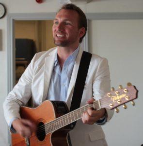 Christoffer Brodersen giver her en lille privat koncert i Borgerforeningen