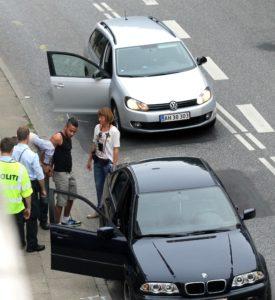 Bilisten blev anholdt og taget med til stationen.