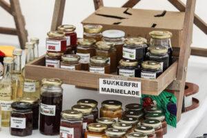 I De Kreatives telt på Rønhaveplads kan der hentes flere forskellige marmelade og andet godt.