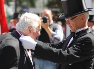 """Herren her fik medalje for 40 års """"tjeneste"""" i Borgerforeningen."""