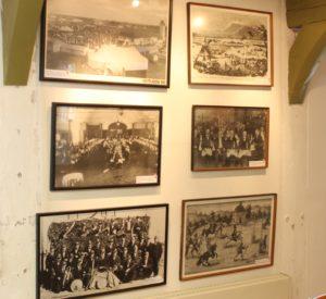I det lille museum er der rigtigt mange gamle billeder, effekter og plakater.