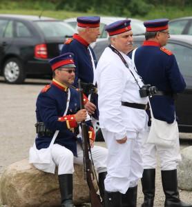 Soldater samler kræfter til optog og det ventende slag. <div class=