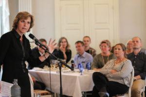 Connie Hedegaard ser gerne at pressen formidler indholdet i politik.