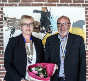 Ny præsident Vivi Muurholm og til højre Frederik Nicolaisen, der på årsmødet 26. juni modtog Paul Harris Fellow hædersmedalje for mange års tro tjeneste i klubben.