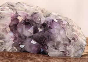 Markedet har også en bod med et væld af forskellige sten og krystaller.