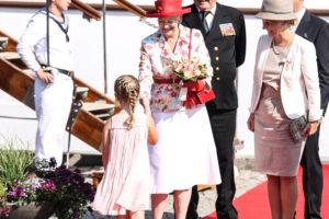 Caroline Friis hilder på Dronning Margrethe.