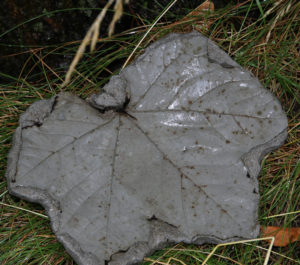 Frivillig har lavet blade i beton - og et af slagsen - til indendørs brug - fik Jette Østergaard med som minde om Krisecentret.