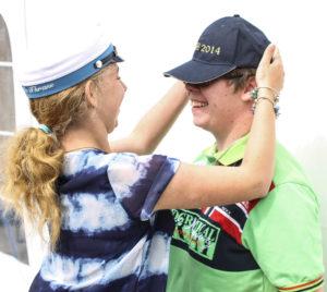 Michelle sætter STU-huen på sin tvillingesøster.