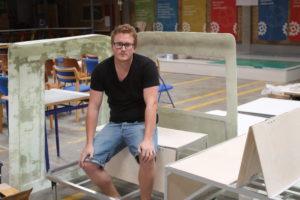 Mads Johansen skal i gang med at montere glasfiberen, så køretøjet er udstillingsklar lørdag kl. 16 i Mommark.