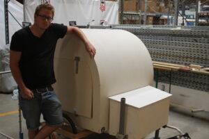 Her er Mads Johansen med krydsfinér-modellen, som er ændret væsentligt gennem de seneste 18 måneder.