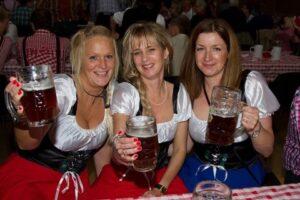 Pigerne er klar til fest og farver - og en masse liter øl.