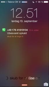 """Læseren sendte et foto af telefonen, hvor """"fup-nummeret"""" vises."""