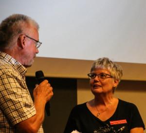 Formand Frede Jensen takker Bente Juhl Knudsen for hendes store indsats med at sikre teater for børn og unge.