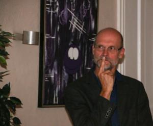 Karsten Skov lytter til ordene fra sin debutroman Knacker.