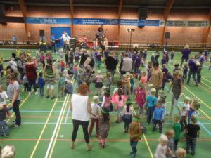 Syngende børn i SFS-hallen. <div class=