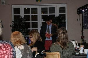 Allan Breckling læser op fra begge café-gæsterne.