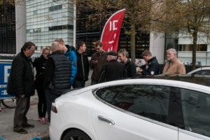 Her står folk og venter på at køre en Tesla elbil.