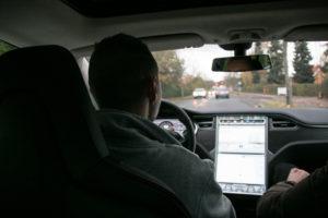 Jens Matthiesen er ret fascineret af at køre Tesla.
