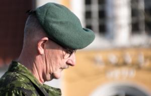 Løjtnant Leif Larsen holder tale for stilheden. <div class=