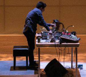Inden koncerten blev der brugt tid på at sætte et hav af ledninger de rigtige steder.