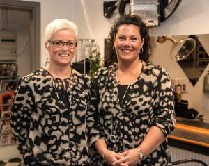 Jette Jørgensen og Charlotte Heldt venter på dig i deres p-venlige Salon Madeby. <div class=
