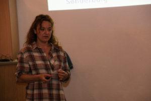 Sarah Grønbæk svarer gerne på spørgsmål om, hvordan man bedst afliver sin udtjente olietank.