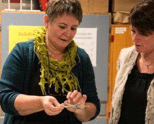 Anette Bonde forklarer, hvordan der skabes flotte ting i glas.