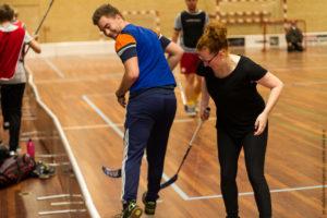 Lone Nissen synes ikke floorball er en sport specielt for drenge, hun opfordrer pigerne til at komme og være med.